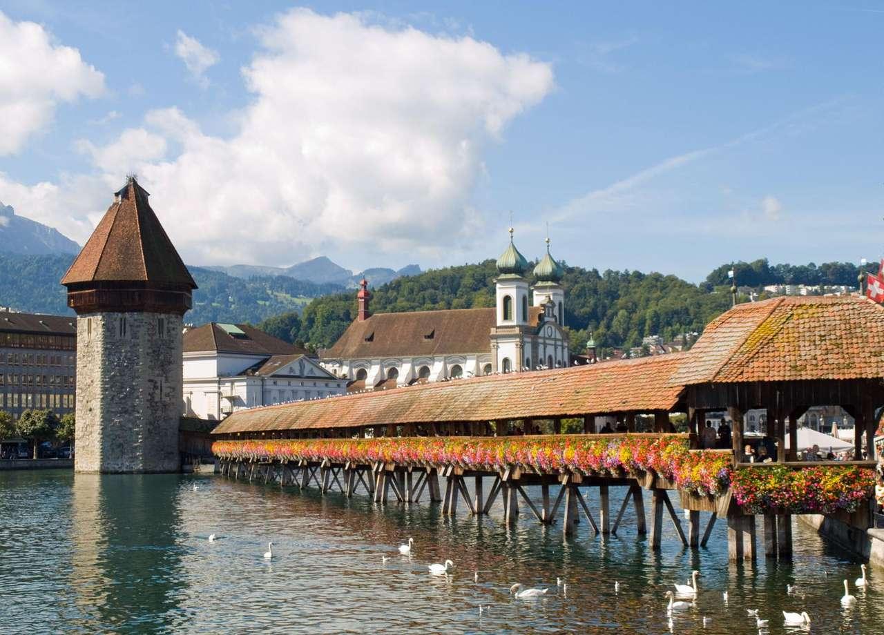 Kapellbrücke (Szwajcaria) - Most przy kaplicy (Kapellbrücke) na rzece Reuss w Lucernie (Szwajcaria) został wybudowany w 1333 roku. 204-metrowy, drewniany, kryty most biegnący ukośnie przez rzekę stał się symbolem Lucerny (8×5)