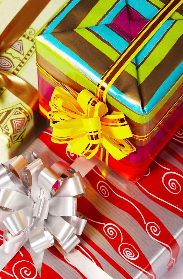 Prezenty - Kto nie lubi prezentów? Dajemy i otrzymujemy je z różnych okazji - urodzin, imienin, ślubu, rocznic, a także Bożego Narodzenia. Prezenty, które otrzymujemy w Wigilię, jak powszechnie wiadomo, (10×15)