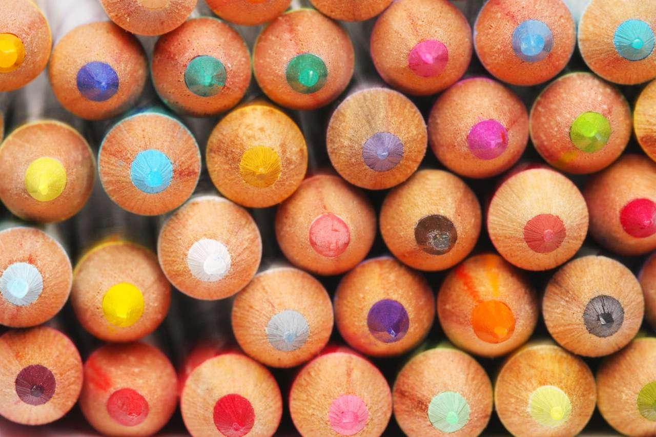 Kredki o wielu kolorach - Niezbędne wyposażenie każdego ucznia szkoły podstawowej. Pozwalają rozwijać dzieciom zdolności plastyczne. Odpowiednio bogaty zestaw kolorowych kredek, w połączeniu z bogatą wyobraźnią dzi (12×8)