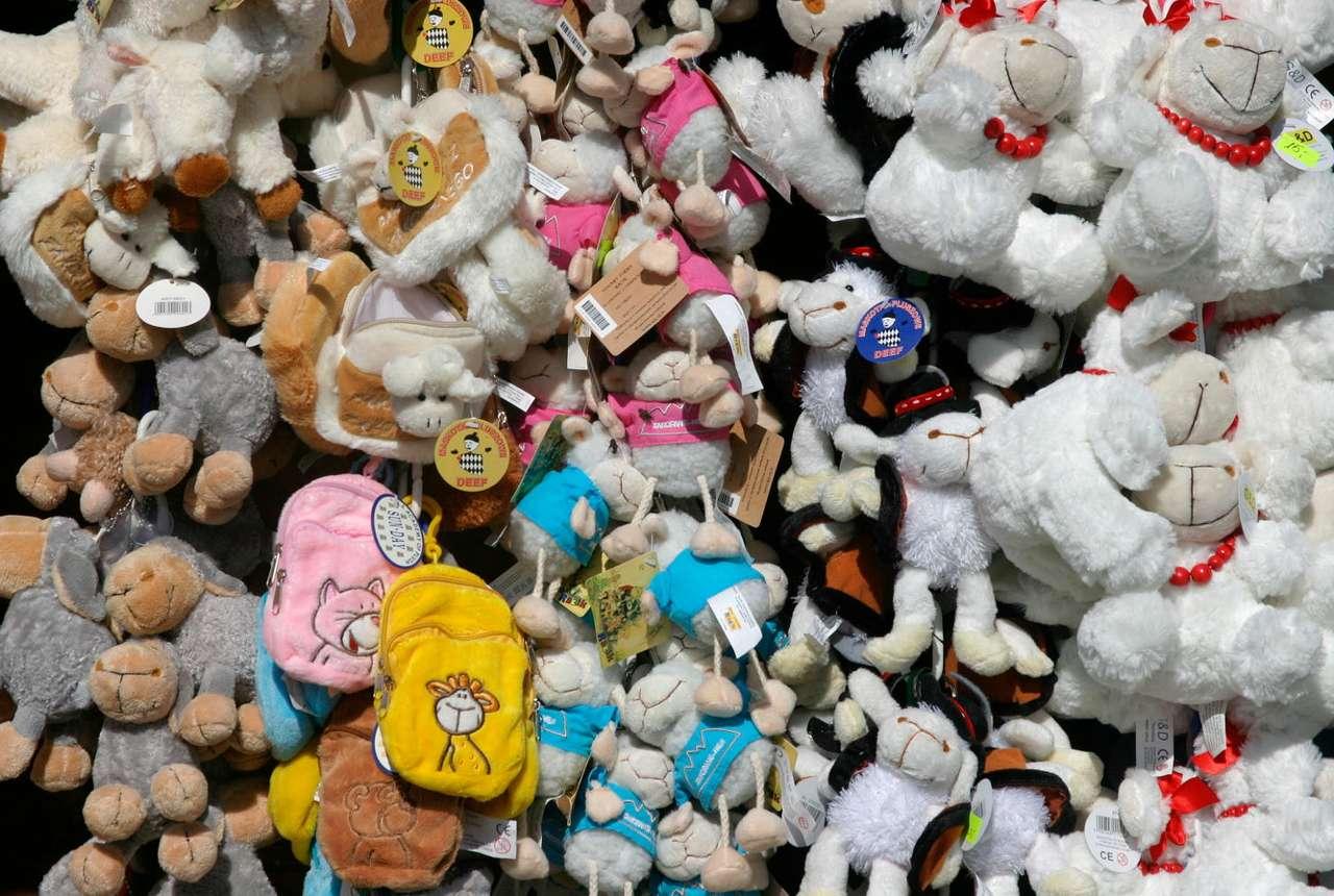 Maskotki - owieczki - Owieczki nieodzownie kojarzą się z górami. Nic więc dziwnego, że najpopularniejszymi maskotkami sprzedawanymi na Gubałówce są te sympatyczne zwierzęta. Turysta może wybierać wśród zabawek (19×12)