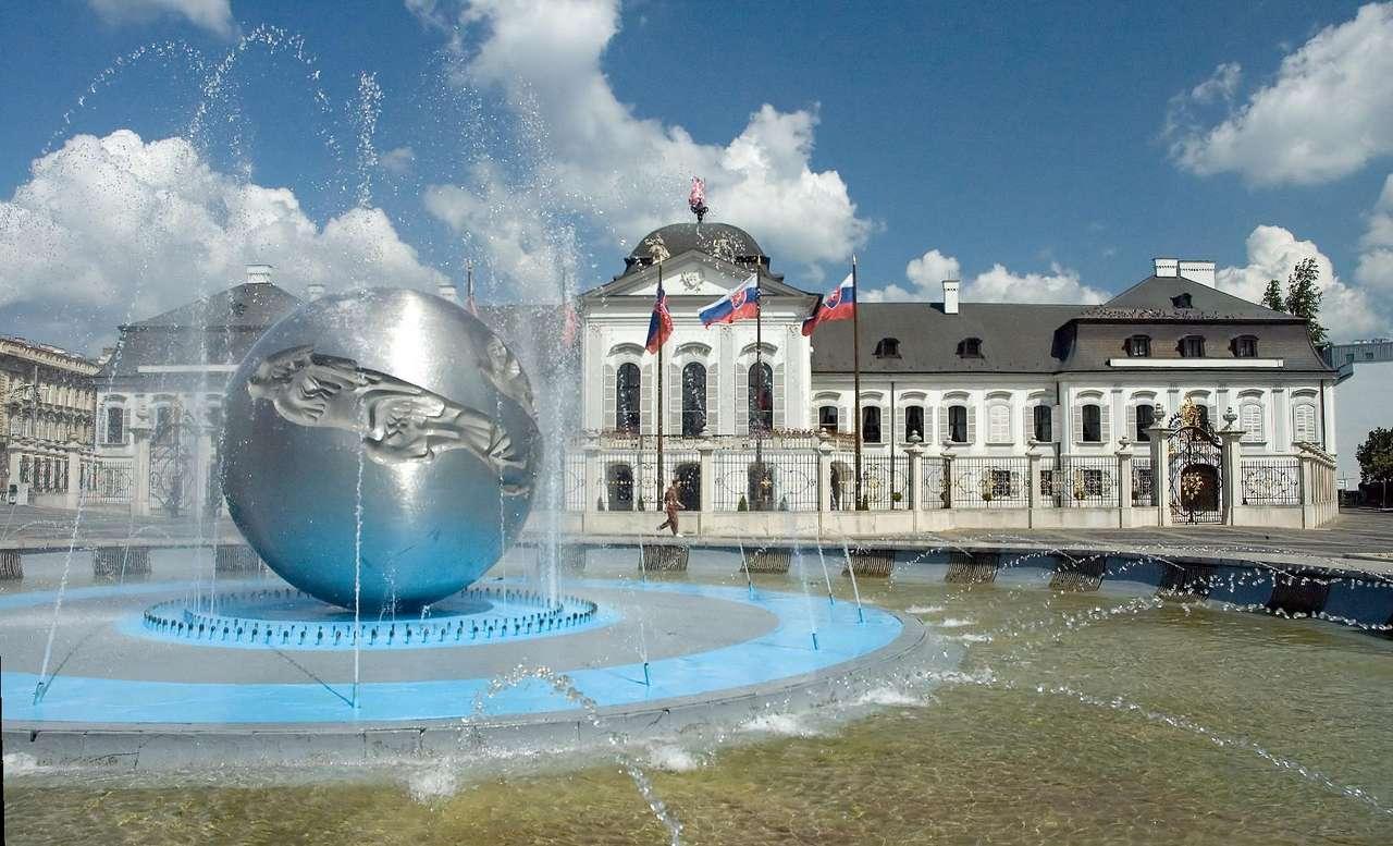 Pałac Prezydencki w Bratysławie (Słowacja) - Późnobarokowy Pałac Prezydencki w Bratysławie (Grasalkovičov palác) został wybudowany w 1760 roku. Obecnie jest siedzibą prezydenta Republiki Słowackiej (10×6)