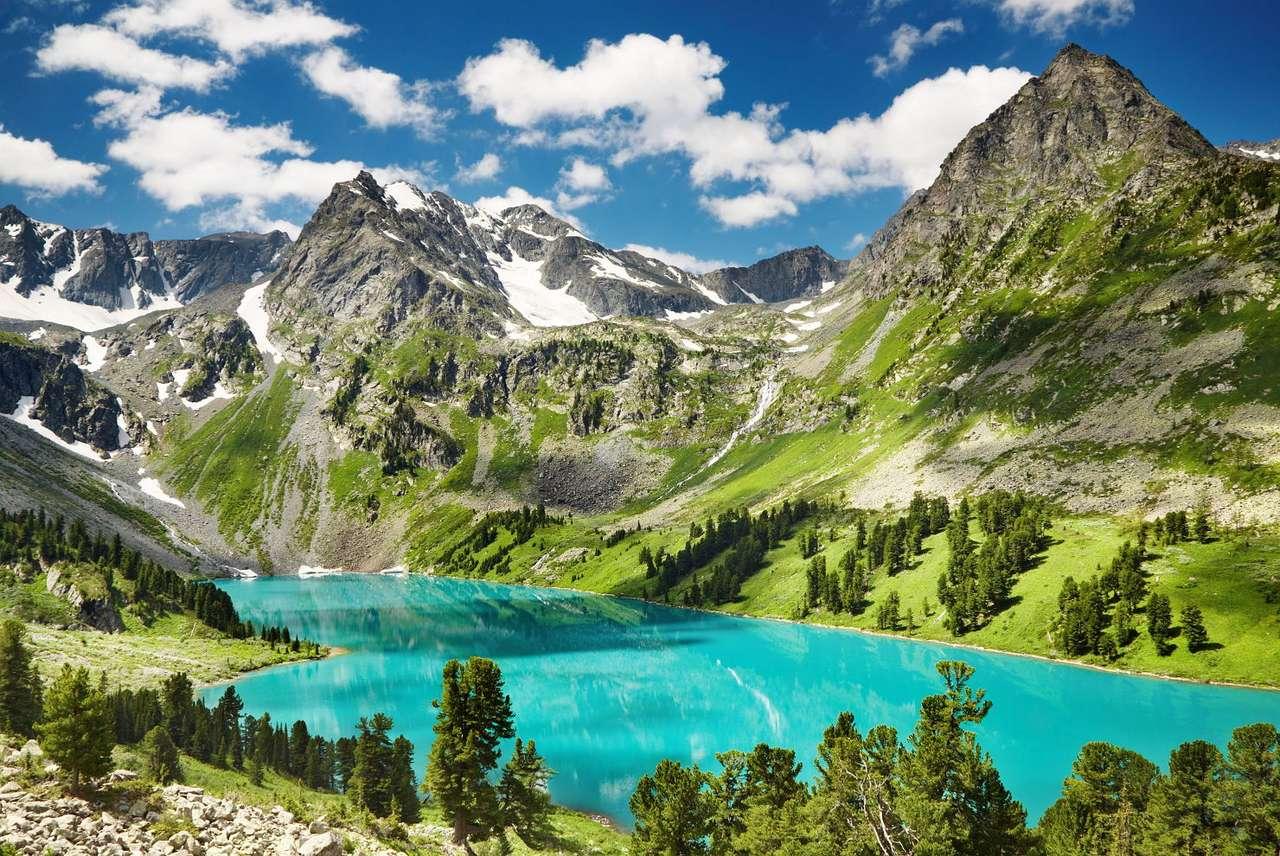 """Jezioro w Górach Ałtaj - Ałtaj to pasmo górskie o długości 2000 kilometrów w Rosji, Kazachstanie, Mongolii i Chinach. Ich nazwa pochodzi od mongolskich słów Al Tau oznaczających """"Góry Złota"""". Najwyższy szczyt pasma (20×11)"""