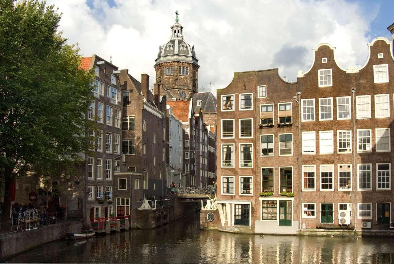 Nad kanałem w Amsterdamie (Holandia) - Kamienice kupieckie i kościół nad jednym z kanałów w centrum Amsterdamu. Amsterdam jest największym miastem i stolicą Holandii. Ze względu na bardzo liczne kanały, nazywany jest często Wenec (11×7)