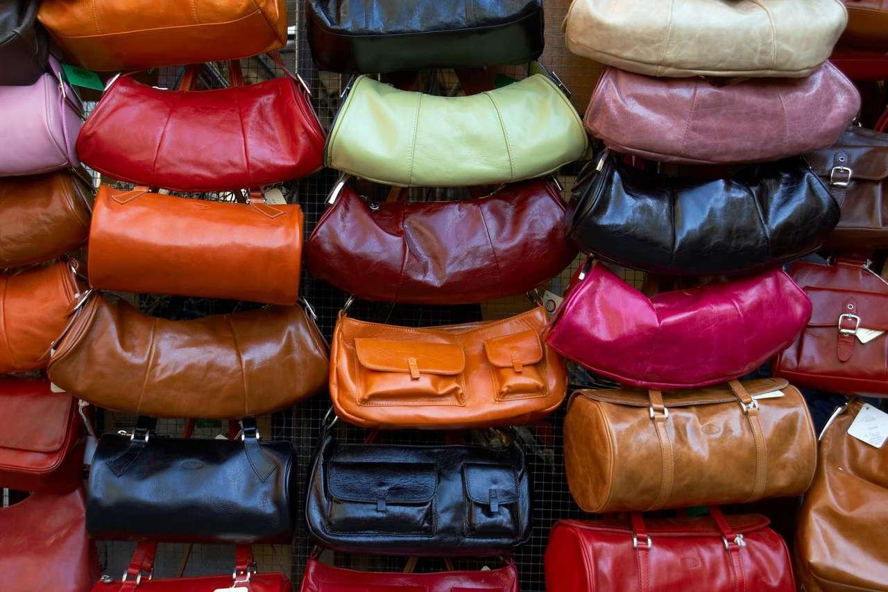 Torebki - Torebki towarzyszą kobietom już od XVI wieku, jednak prawdziwa moda na nie zapanowała dwieście lat później. Stały się wtedy nieodzownym dodatkiem dopasowanym do stroju. Torebki mają różne w (18×12)