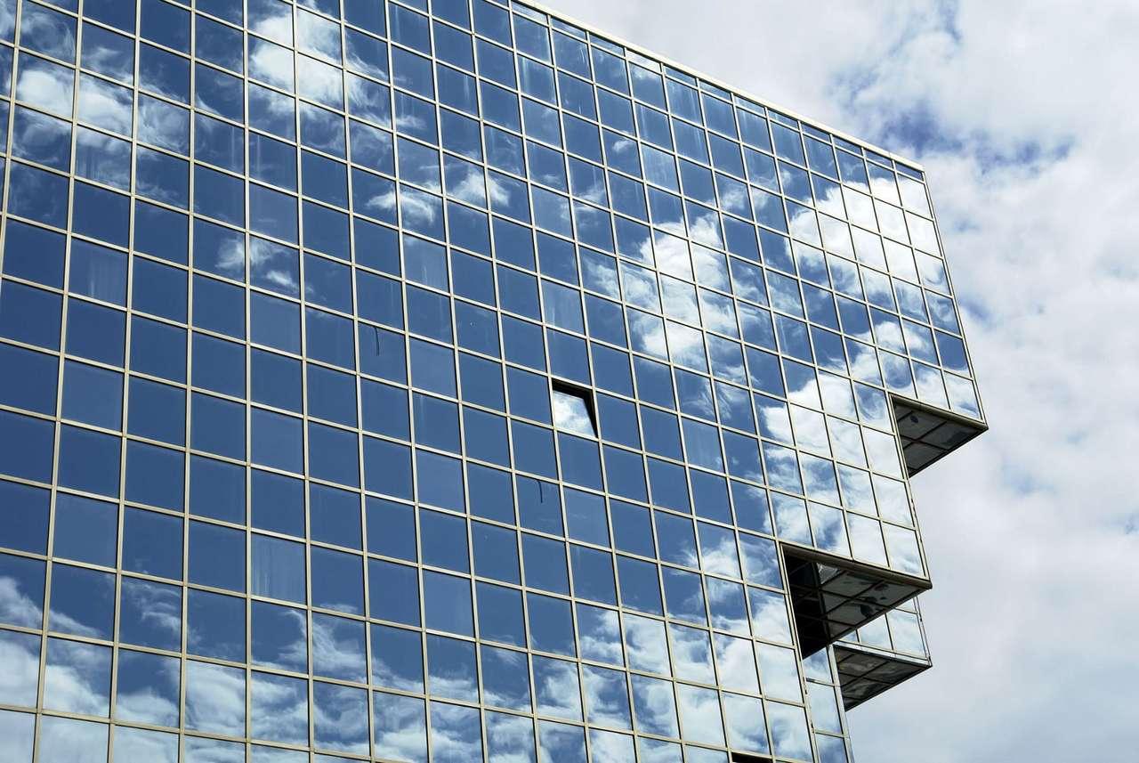 Nowoczesny biurowiec - Budynek ze szkła i aluminium o niecodziennym kształcie, na tle nieba potrafi wzbudzić zachwyt u jednych, i mieszane uczucia u innych ludzi (11×7)