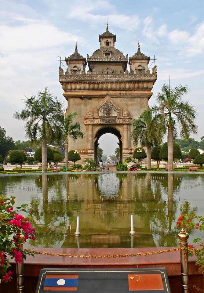 Patuxai (Laos) - Patuxai (Brama Zwycięstwa) to łuk triumfalny w mieście Wientian. Budowa monumentu zakończyła się w 1968 roku. Upamiętnia on walczących o niepodległość Laosu. Wientian jest stolicą Laosu. M (6×8)