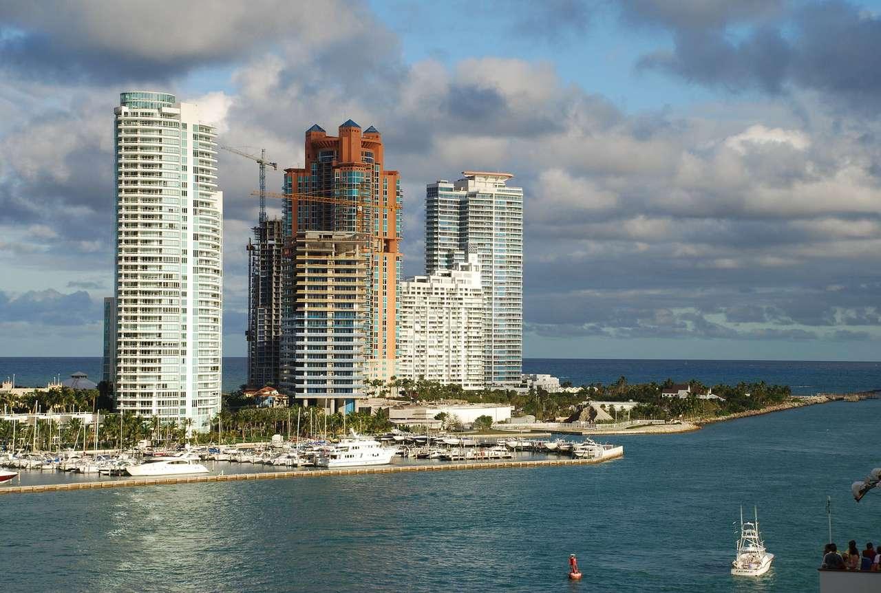 Apartamentowce przy przystani (USA) - Z ostatnich pięter apartamentowców na wybrzeżu Miami na Florydzie rozpościera się zapierających dech w piersiach widok na ocean. Nic więc dziwnego, że to wymarzone miejsce dla osób kochający (15×10)
