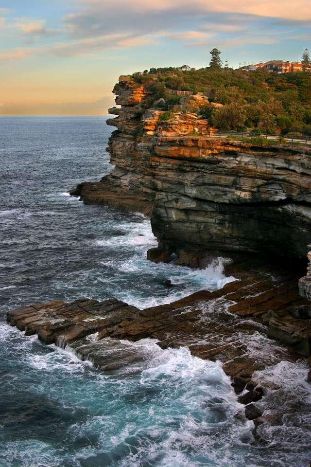 Klify w Sydney (Australia) - Strome i wysokie klify są główną atrakcją, położonego nad oceanem, parku narodowego The Gap Park. Ścieżka, pozwalająca podziwiać górujące nad Zatoką Watsons (Watsons Bay) skały, nie jes (6×9)