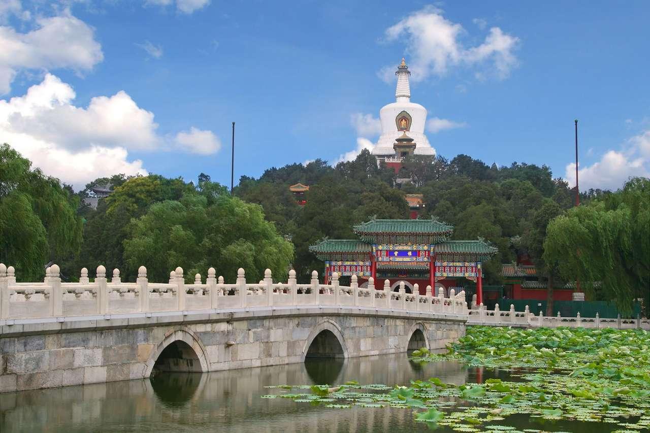Park Beihai (Chiny) - Most prowadzący na wyspę Qionghua, do kompleksu Białej Dagoby w Parku Beihai w Pekinie. Park Beihai (Północne Morze) jest dawnym ogrodem carskim, położonym na północny zachód od Zakazanego M (9×6)