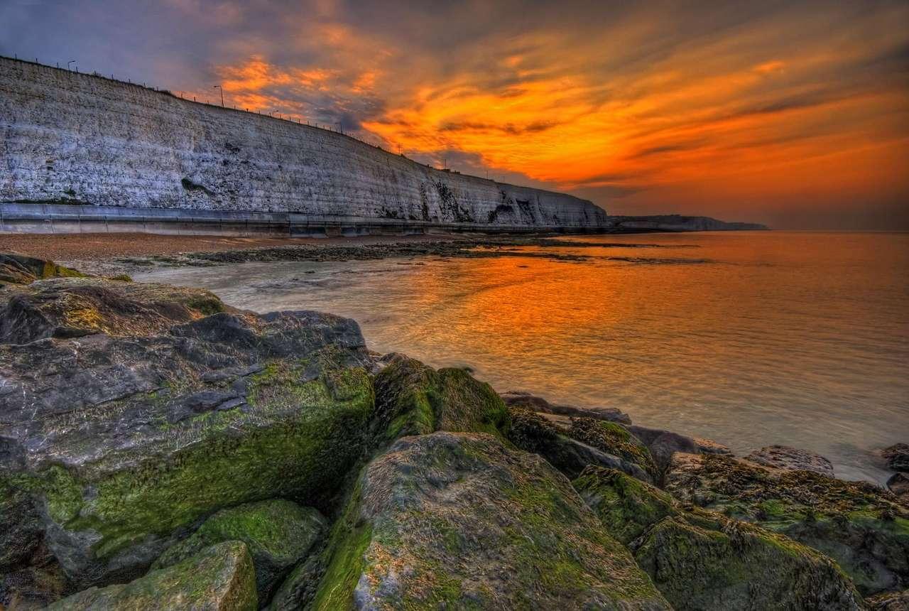 Poranek nad La Manche (Wielka Brytania) - Wybrzeże tuż przed wschodem słońca w pobliżu miasta Brighton. Brighton to miasto w anielskim hrabstwie East Sussex, nad Kanałem La Manche. Poranny widok zapiera dech w piersiach, jednak żeby go (12×8)