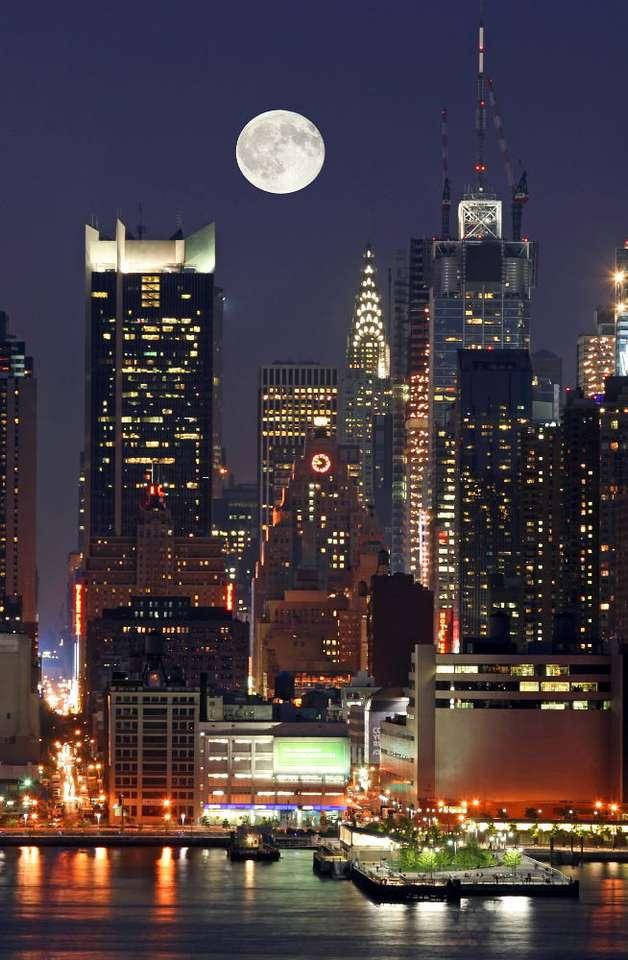 Manhattan nocą (USA) - Nocny widok jedną z trzech części Manhattanu - Midtown. Manhattan jest wyspą, a zarazem jedną z pięciu dzielnic Nowego Jorku. Znajdują się tu liczne atrakcje turystyczne, jednak wyspa jest prz (6×8)