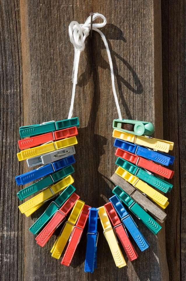 Klamerki na sznurku - Różnokolorowe klamerki, przygotowane do wieszania prania. Sprytny wynalazek sprawia, że suszące się ubrania nie spadają ze sznurka, gdy zawieje wiatr (5×8)
