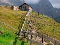 Stara chata w Dolomitach (Włochy)