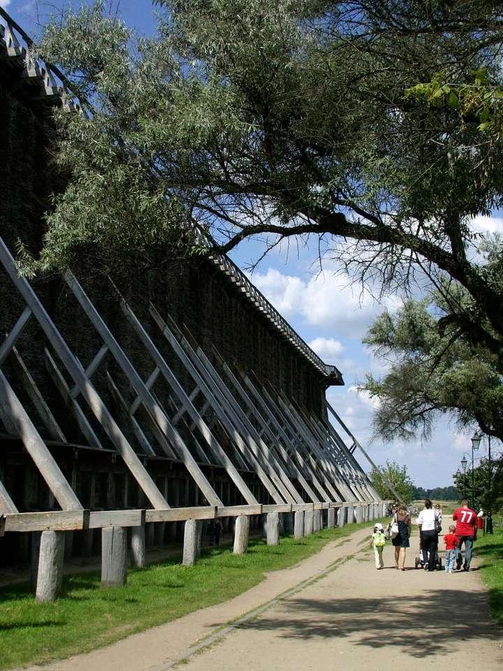 Tężnia w Ciechocinku - Ciechocińskie tężnie solankowe zostały wzniesione w XIX wieku, według projektu profesora Akademii Górniczej w Kielcach Jakuba Graffa. Budowa rozpoczęła się 1824 roku. Najdłuższa z tężni l (7×9)