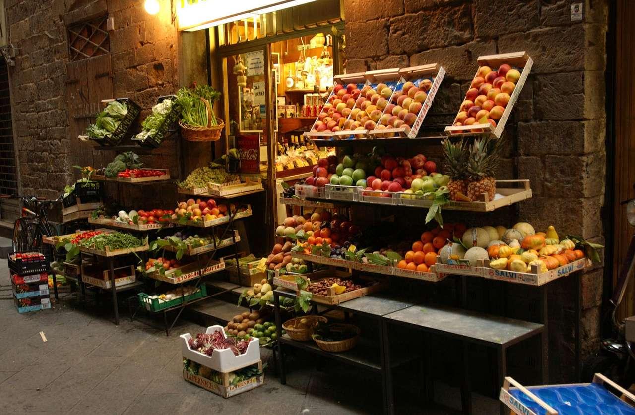 Stragan we Florencji (Włochy) - Stragan z owocami przy sklepie w jednej z bocznych uliczek Florencji. Florencja to miasto w środkowych Włoszech, nad rzeką Arno. Burzliwa historia miasta liczy przeszło dwa tysiące lat (15×10)