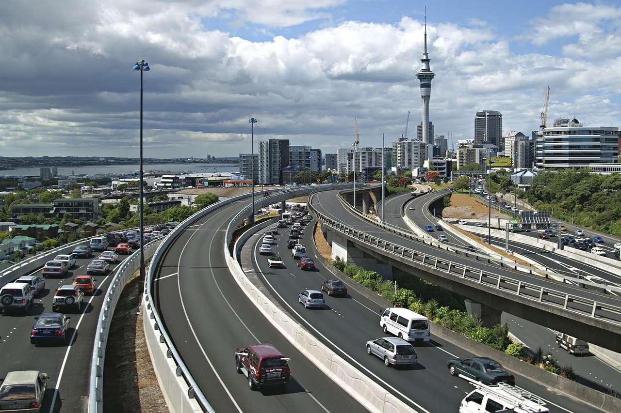 Godziny szczytu w Auckland (Nowa Zelandia) - Auckland jest największym miastem Nowej Zelandii. Położone jest u podnóża wygasłego wulkanu Eden, przy Przesmyku Tamaki, w północno-zachodniej części Wyspy Północnej. Miasto założyli w 1 (15×10)