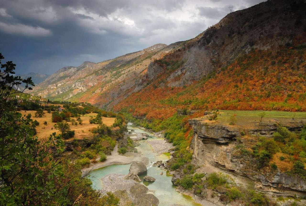 Dolina rzeki Morača (Czarnogóra) - Morača ma swoje źródła w górach Rzača. Rzeka przepływa przez południową część Czarnogóry i uchodzi do Jeziora Szkoderskiego. Jej całkowita długość to 113 kilometrów (13×9)
