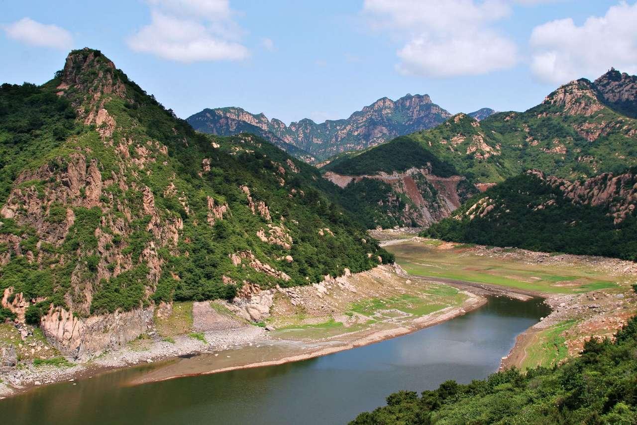Góry w północnych Chinach - Większa część powierzchni Chin to wyżyny i góry. Zaledwie 10% kraju można zaliczyć do nizin (12×7)