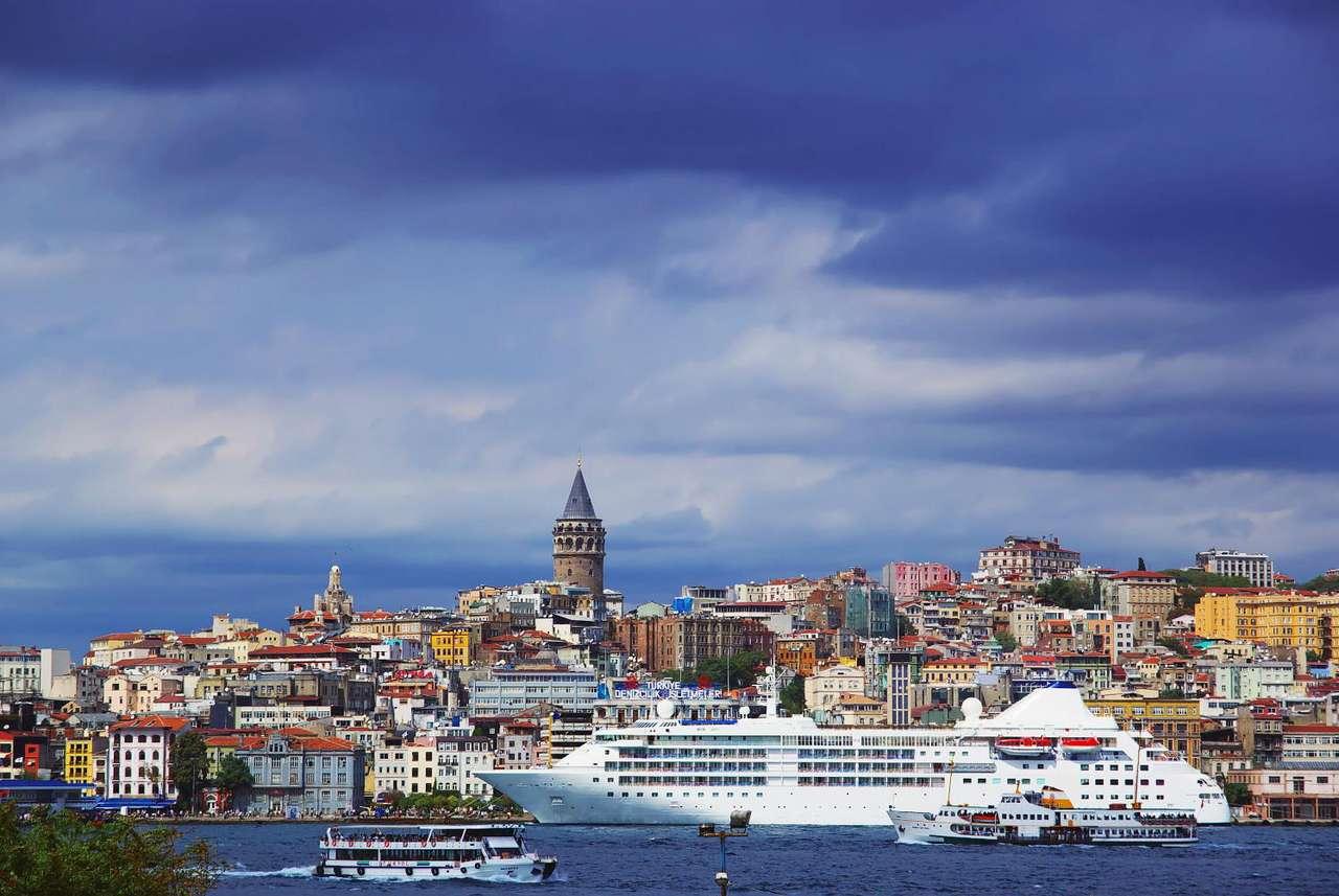 Stambuł nad Bosforem (Turcja) - Cieśnina Bosfor łączy Morze Czarne z Morzem Marmara, oddzielając Europę od Azji. Na obu brzegach cieśniny leży Stambuł - jedno z dwóch miast na świecie położonych na dwóch kontynentach. C (9×5)