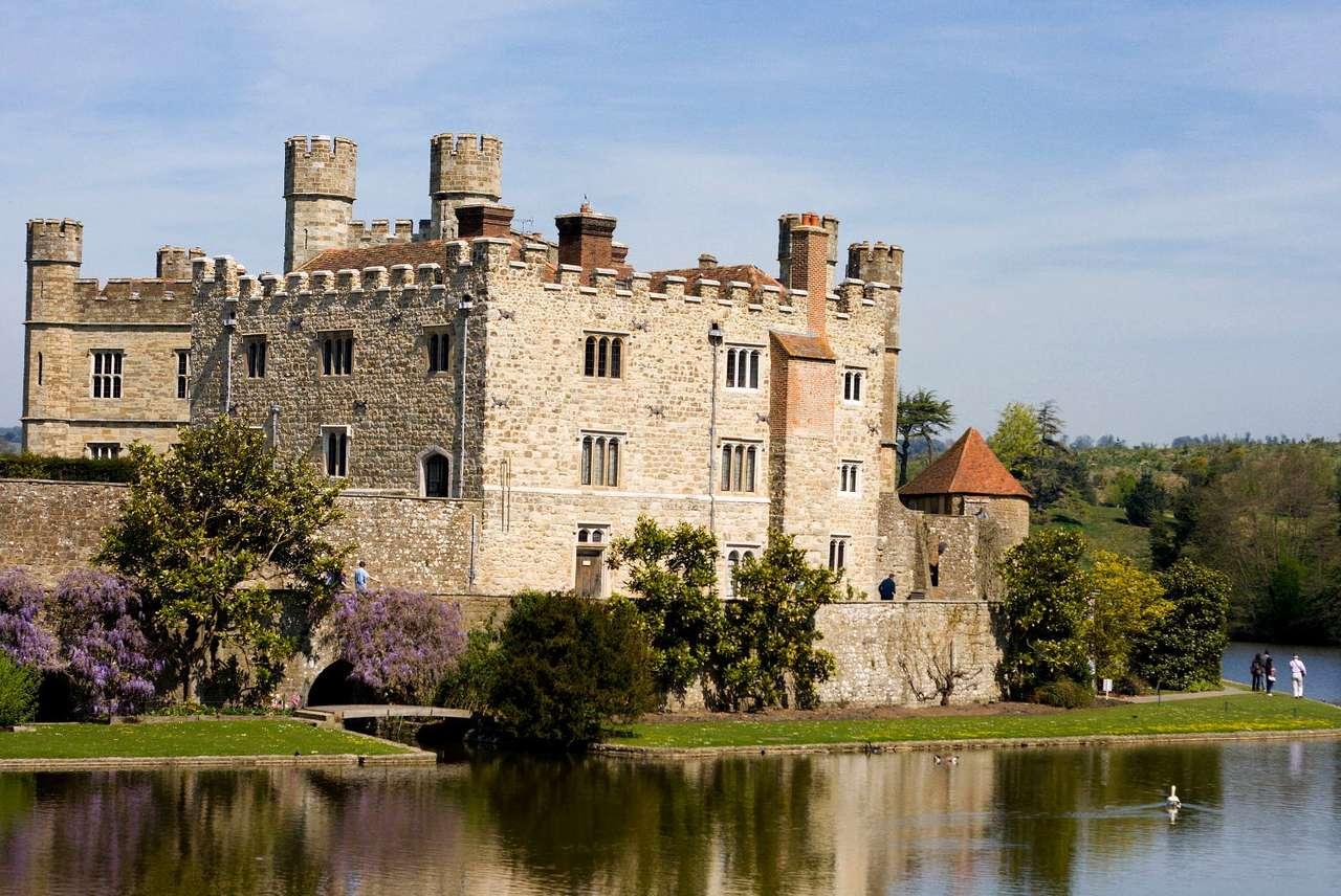 Zamek Leeds (Wielka Brytania) - Pochodzący z początku XII wieku zamek Leeds położony jest w pobliżu miejscowości Maidstone, w hrabstwie Kent w Wielkiej Brytanii. W 1278 stał się rezydencją króla Anglii - Edwarda I. Budowla (8×5)