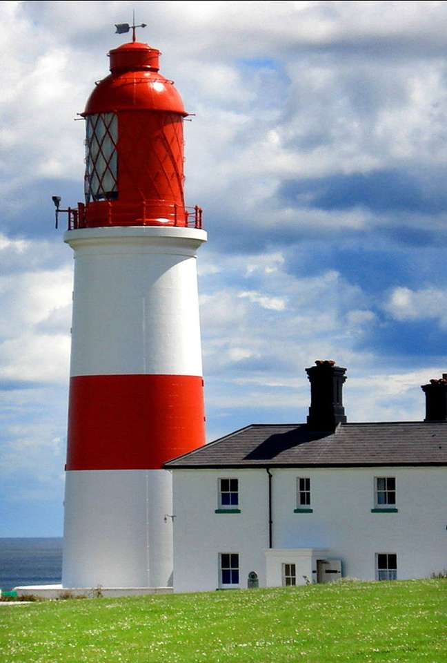 Latarnia Souter (Wielka Brytania) - Charakterystyczna, czerwono-biała latarnia morska Souter wybudowana została na szczycie klifu, w pobliżu miasta South Shields, w angielskim hrabstwie Tyne and Wear. Zabytkowy budynek jest dzisiaj j (5×8)