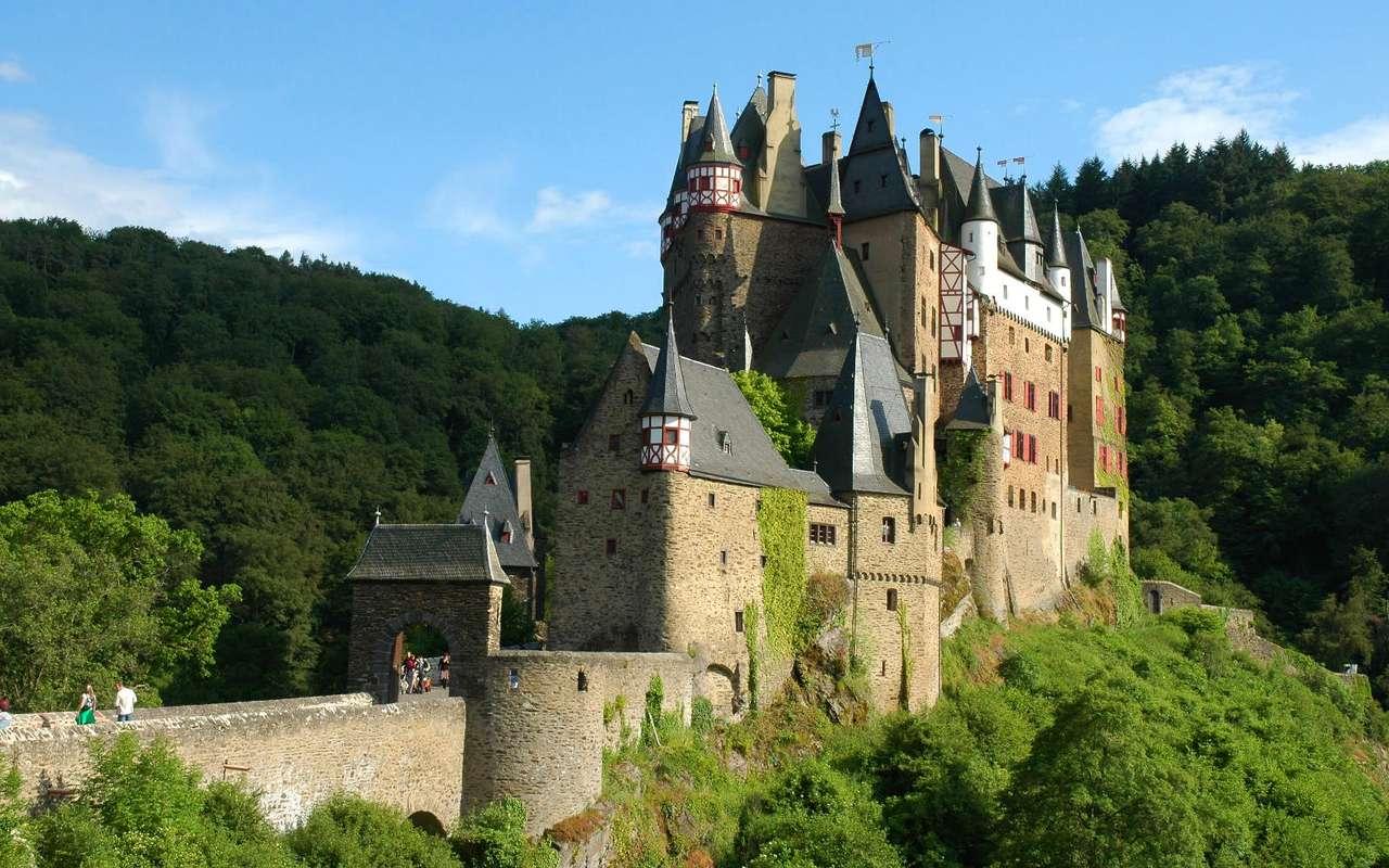 Zamek Eltz (Niemcy) - Burg Eltz to gotycki zamek w rejonie Eifel, nad rzeką Elzbach. Został wzniesiony w XII wieku przez rodzinę Eltz, która do dzisiaj jest właścicielem tej monumentalnej budowli. Zamek Eltz był na (9×6)