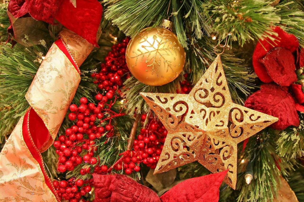 Gwiazda na choince - Gwiazda, umieszczana często na choince jako ozdoba, związana jest nieodzownie z symboliką Świąt Bożego Narodzenia. Symbolizuje ona Gwiazdę Betlejemską, która według Biblii doprowadziła Trze (12×8)