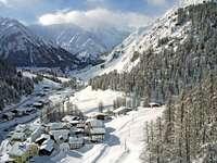 Wioska u stóp alpejskich szczytów