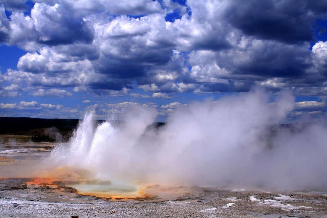Erupcja gejzera w Parku Yellowstone (USA) - Mimo że gejzery są zjawiskiem rzadko spotykanym na naszym globie, Park Narodowy Yellowstone w stanie Wyoming skupia na swoim terytorium połowę wszystkich gejzerów świata. Woda podgrzana głębok (9×6)