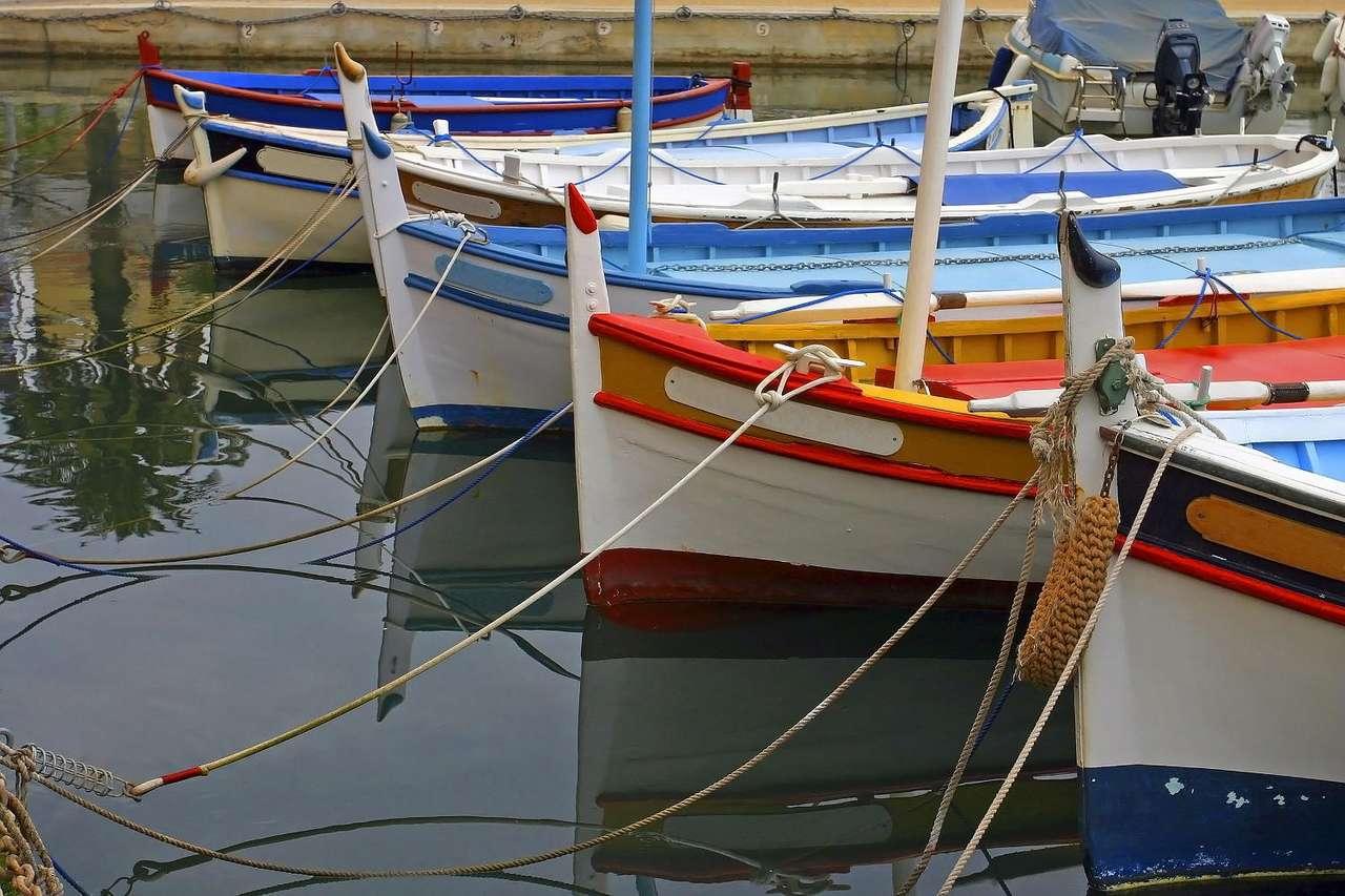 Łodzie w Sanary-sur-Mer (Francja) - Sanary-sur-Mer jest malowniczym miasteczkiem położonym w południowej części Francji, w regionie Prowansja-Alpy-Lazurowe Wybrzeże, tuż nad Morzem Śródziemnym. Już w XVI wieku istniała tu ryb (12×8)