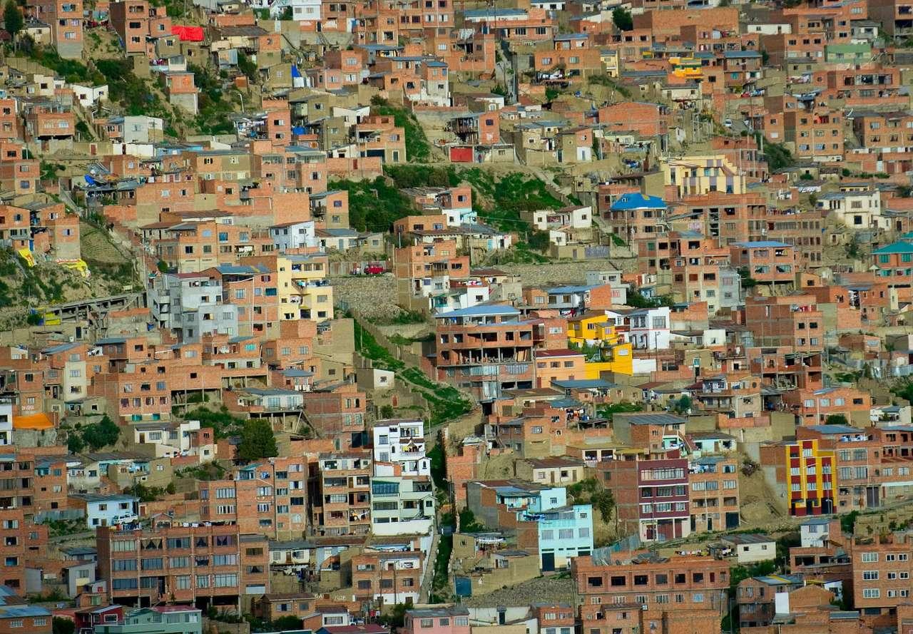Domy w La Paz (Boliwia) - Miasto La Paz to dwumilionowa obecnie aglomeracja miejska, założona w połowie XVI wieku na miejscu dawnej osady indiańskiej. Usytuowanie miasta u podnóża masywu wulkanicznego Illimani doprowadzi (30×20)