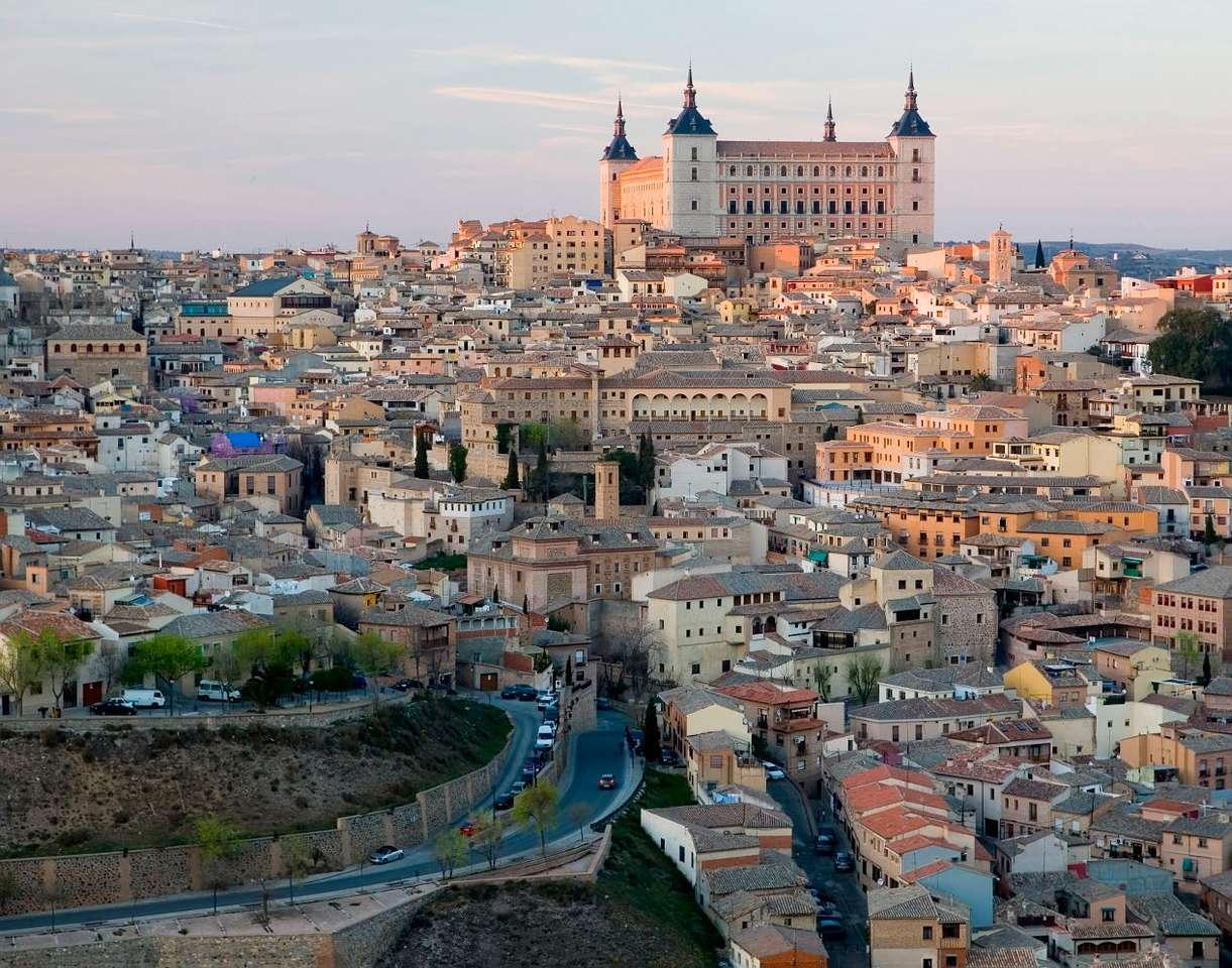 Toledo (Hiszpania) - Toledo to miasto w środkowej Hiszpanii, znane jako ośrodek turystyczny, w którym znajduje się mnóstwo ciekawych zabytków. Najważniejsze z nich to gotycka katedra z wieloma kaplicami, w których (8×7)