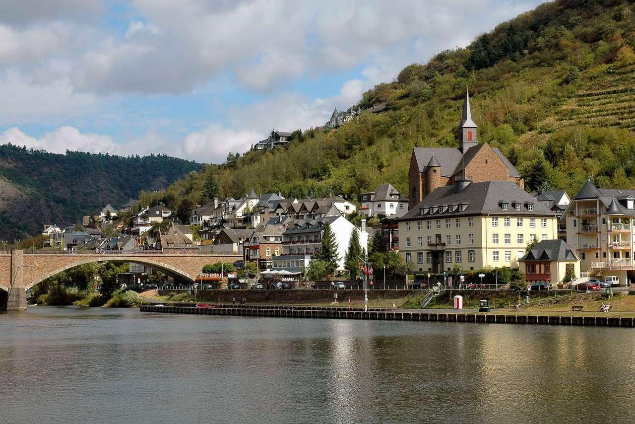 Cochem (Niemcy) - Cochem, położone nad rzeką Mosel w zachodniej części Niemiec, choć zamieszkiwane przez zaledwie 5 tysięcy mieszkańców, jest miejscem niezwykle atrakcyjnym turystycznie. Liczące sobie ponad 1 (10×7)