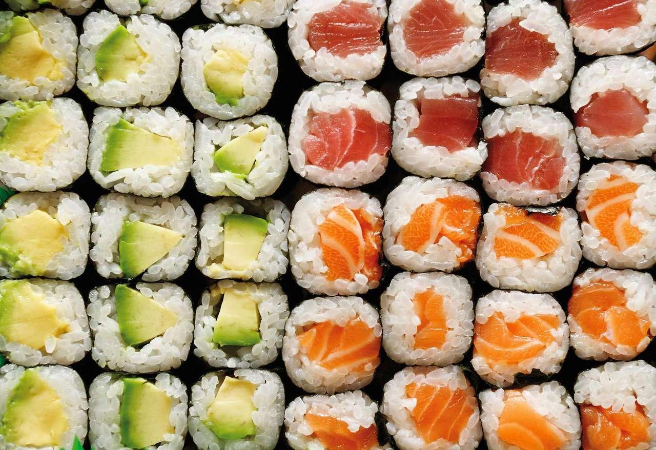 Maki-sushi - Maki-sushi to odmiana japońskiego sushi, podawana w formie pociętego na plastry wałka ryżu owiniętego sprasowanymi nori (algami morskimi), często z dodatkami w postaci wasabi (chrzanu japońskie (13×9)