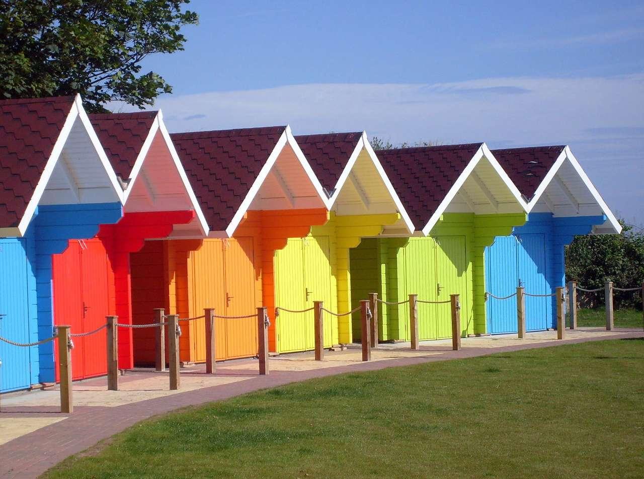 Domki plażowe w Scarborough (Wielka Brytania) - Scarborough to niewielkie miasto w Wielkiej Brytanii, w hrabstwie North Yorkshire, nad Morzem Północnym. Liczące około 50 tysięcy mieszkańców Scarborough położone jest na obszarze Parku Narod (8×5)