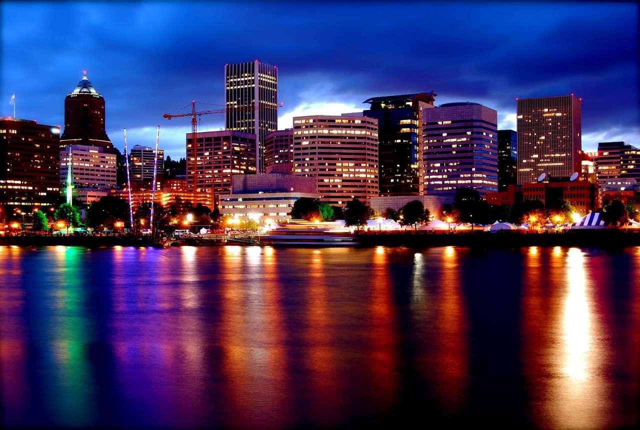 Portland (USA) - Portland to największe miasto w stanie Oregon w USA. Leży przy ujściu rzeki Willamette do rzeki Kolumbia. Portland często określa się mianem Miasta Mostów (ze względu na dużą liczbę znajduj (12×8)