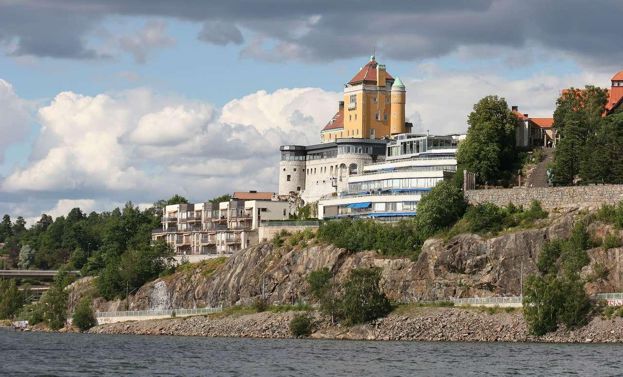 Sztokholm (Szwecja) - Sztokholm, stolica i największe miasto Szwecji, położone jest na wschodnim wybrzeżu kraju, na archipelagu sztokholmskim. Archipelag, usytuowany nad zatoką Saltsjön (Morze Bałtyckie) i jeziorem (12×7)