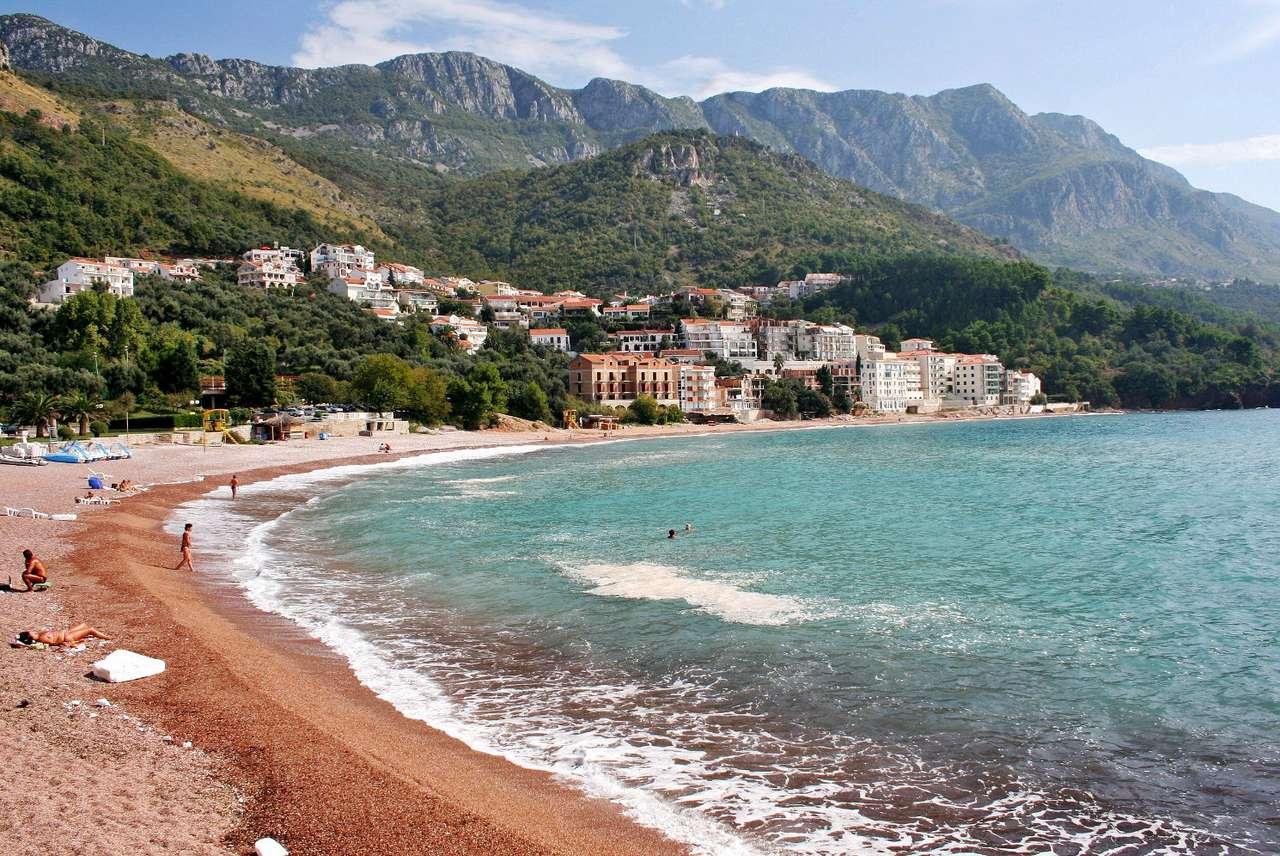Plaża nad Morzem Adriatyckim (Czarnogóra) - Czarnogóra to graniczący z Serbią, Kosowem, Chorwacją, Bośnią i Hercegowiną  oraz Albanią, utrzymujący się w dużej mierze z turystyki kraj, leżący na wybrzeżu Morza Adriatyckiego. Malown (10×6)