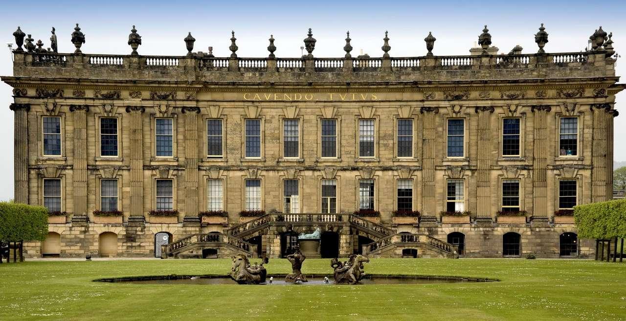 Dom Chatsworth (Wielka Brytania) - Dom Chatsworth jest okazałym budynkiem w hrabstwie North Derbyshire w Anglii, zbudowanym w roku 1549 jako siedziba księcia Devonshire. Mieszczący się na wschodnim brzegu rzeki Derwent dom położo (17×8)