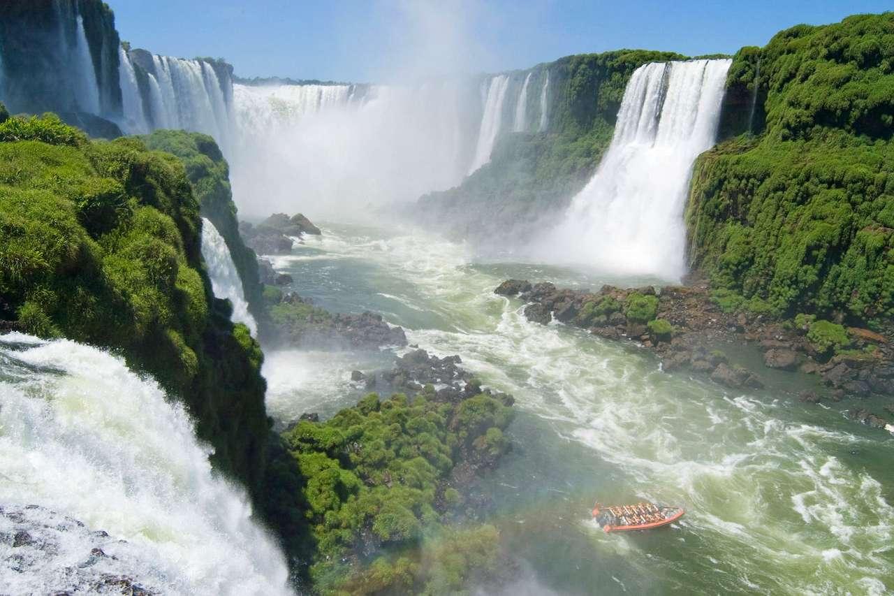 """Wodospad Iguaçu - Wodospad Iguaçu (Iguazú) - w języku guarani """"wielka woda"""" - to leżący na granicy Brazylii i Argentyny jeden z wodospadów na rzece Iguaçu. Rzeka Iguaçu wypływa ze źródła niedaleko Sao Paulo (12×8)"""