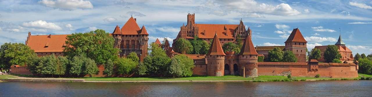 Zamek krzyżacki w Malborku - Zamek krzyżacki w Malborku to trzyczęściowa - składająca się z trzech zamków: niskiego, średniego i wysokiego - twierdza obronna zbudowana w stylu gotyckim. Jest to jeden z największych zacho (19×5)