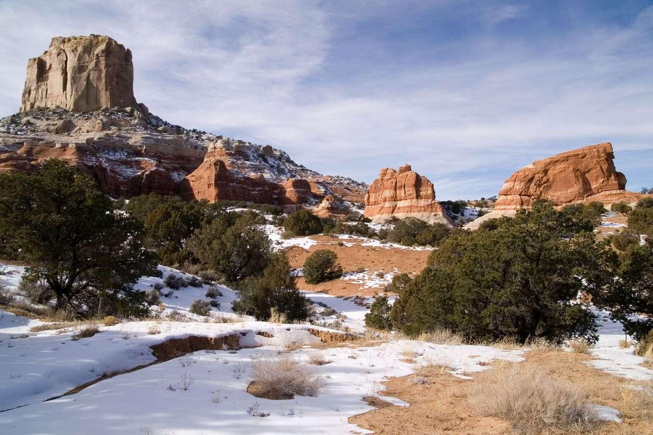 Śnieg na skałach Kolorado (USA) - Widok śniegu leżącego pośród spalonych słońcem skał Arizony nie należy do najczęstszych. Arizona znajduje się w strefie klimatu podzwrotnikowego i zwrotnikowego, co oznacza, iż średnia te (9×6)