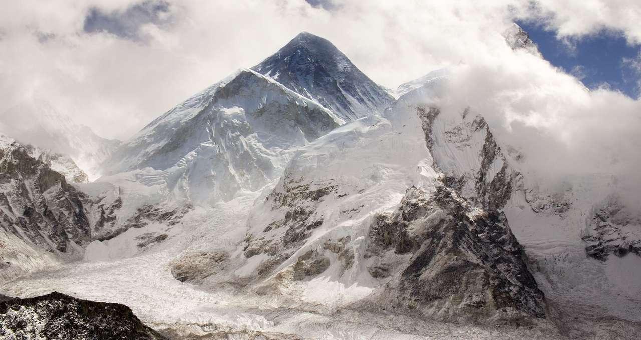 Mount Everest - Mount Everest, zwany też Czomolungmą i Dachem Świata, to najwyższy szczyt na Ziemi, liczący 8850 m. Nadana w połowie XIX wieku nazwa pochodzi od nazwiska sir George'a Everesta, brytyjskiego geod (10×5)