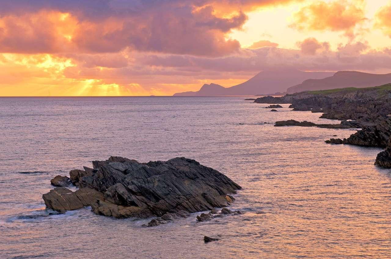 Zachód słońca na wyspie Achill (Irlandia) - Wyspa Achill znajduje się w zachodniej Irlandii. Ma 148 kilometrów kwadratowych powierzchni, a jej wymiary to 22 km na 19 km. Achill to największa wyspa Irlandii, połączona ze stałym lądem za p (7×5)