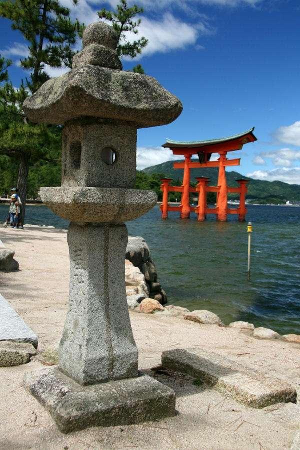 Brama torii na wyspie Miyajima (Japonia) - Torii to japońskie bramy o charakterystycznych kształtach, prowadzące do miejsc świętych i chramów. Konstrukcja torii jest jednym z najbardziej rozpoznawalnych elementów japońskiej architektur (6×9)