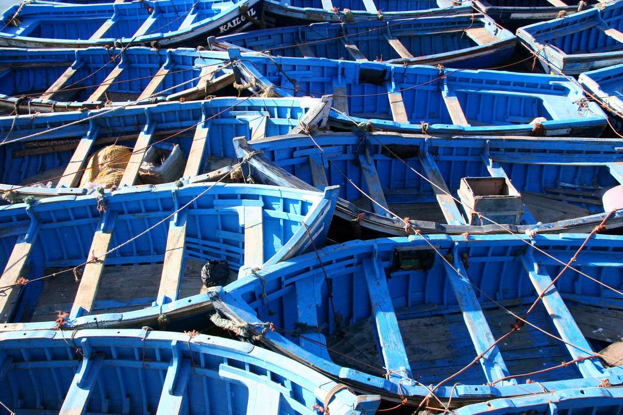 Marokańskie łodzie rybackie - Gospodarka dynamicznie rozwijającego się Maroka ma charakter rolniczo-przemysłowy. Na znacznym obszarze kraju przeważa tradycyjny model gospodarki, oparty na różnych gałęziach rolnictwa: upraw (15×10)