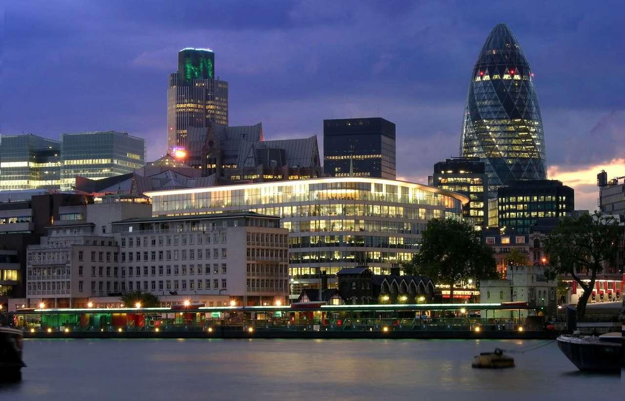 Centrum Londynu nocą (Wielka Brytania) - Stolica Wielkiej Brytanii w porze nocnej to niesamowity widok. Błyszczące milionami kolorowych świateł nowoczesne budynki, sąsiadujące z nimi, również pięknie oświetlone, zabytki (Tower of L (11×7)