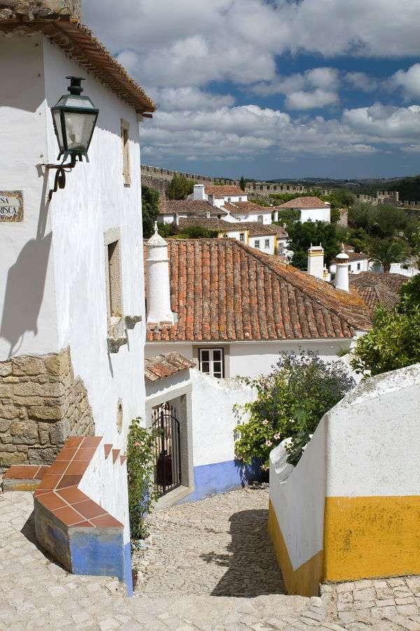 Uliczka w Óbidos (Portugalia) - Óbidos to niewielkie miasteczko w Portugalii (populacja wynosi niewiele ponad 3000 osób) nad Oceanem Atlantyckim. Nazwa miasta pochodzi z łaciny i oznacza cytadelę (Óbidos powstało wokół dawne (10×15)