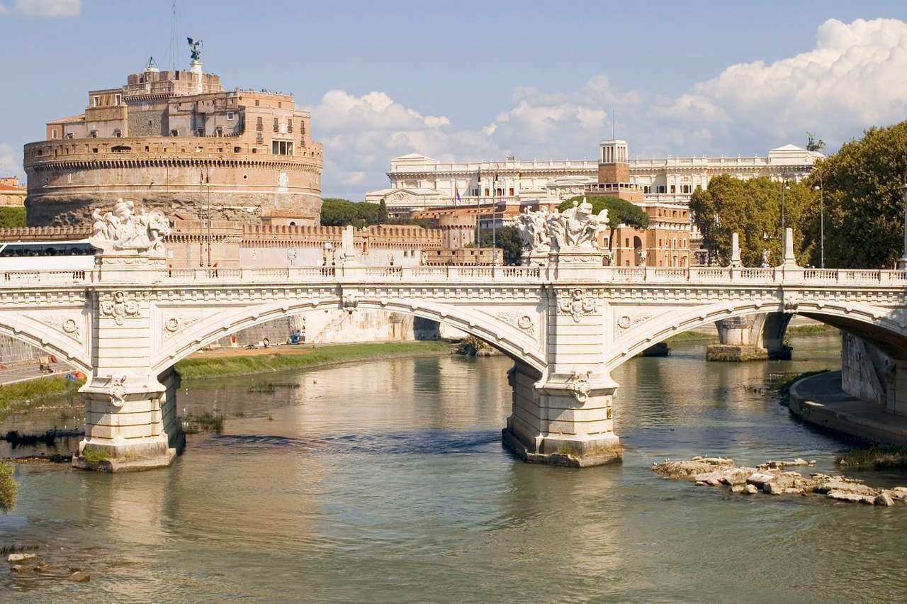 Most i Zamek św. Anioła w Rzymie (Włochy) - Most św. Anioła to pięcioprzęsłowa konstrukcja w centrum Rzymu, przy Zamku św. Anioła. Zamek jest tak naprawdę mauzoleum wybudowanym przez Cesarza Hadriana dla jego rodziny na brzegu Tybru, na (8×5)
