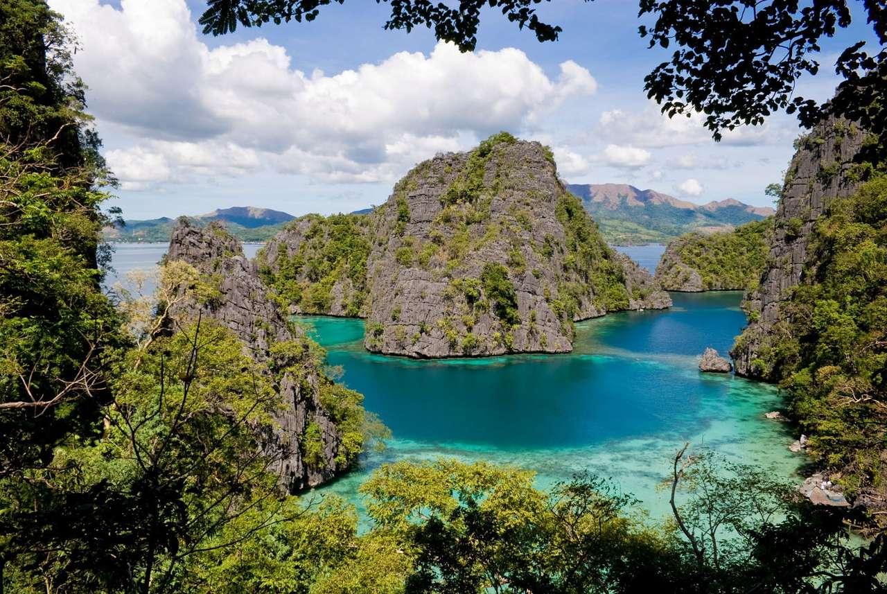 Laguna wokół wyspy Palawan (Filipiny) - Laguna to część morza, odcięta od niego przez lido, rafę lub atol, przeważnie płytka, czasem okresowo wysychająca. Laguny są wielkimi atrakcjami turystycznymi. Laguna na filipińskiej wyspie (16×10)